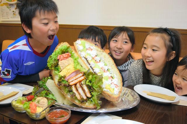 でかっ!10人前の「ぞうさんのサンドイッチ♪」を前に喜ぶ子どもたち=調布市西つつじケ丘3丁目