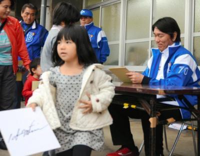 207人にサインを書ききった松井秀喜さん(右)。サインをもらった女の子もうれしそう