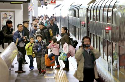 1日遅れで到着したトワイライトエクスプレスから降りてきた乗客たち。降車後、撮影に駆けだしていた=2月15日午後、JR大阪駅、佐藤慈子撮影