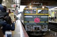 1日遅れで到着したトワイライトエクスプレス=2月15日午後、JR大阪駅、佐藤慈子撮影