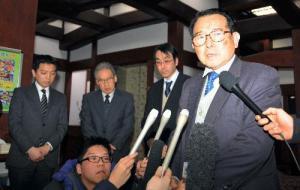 会見で謝罪する「札幌かに本家」の日置達郎社長(右)ら=札幌市中央区