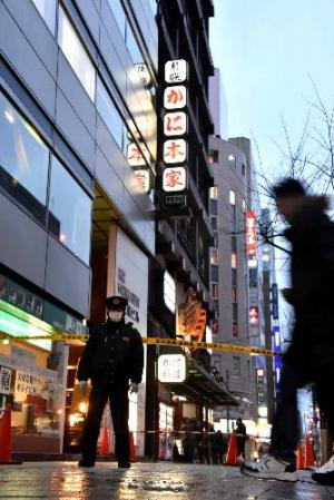 現場は通りに面したビルの下。看板の最上部が強風で落下した=2月15日、札幌市中央区、恵原弘太郎撮影