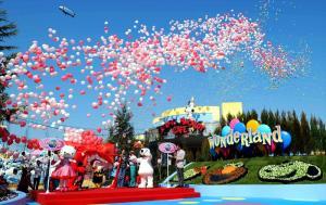 USJの新アトラクション「ユニバーサル・ワンダーランド」のオープニングセレモニーで風船が飛ばされた=2012年3月14日、大阪市此花区