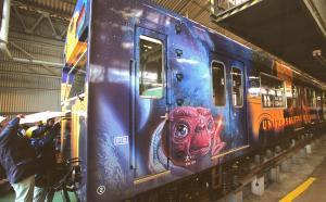 「E・T・」など「ユニバーサル・スタジオ・ジャパン」をイメージしたイラストが描かれたJR西日本の列車=2001年1月19日