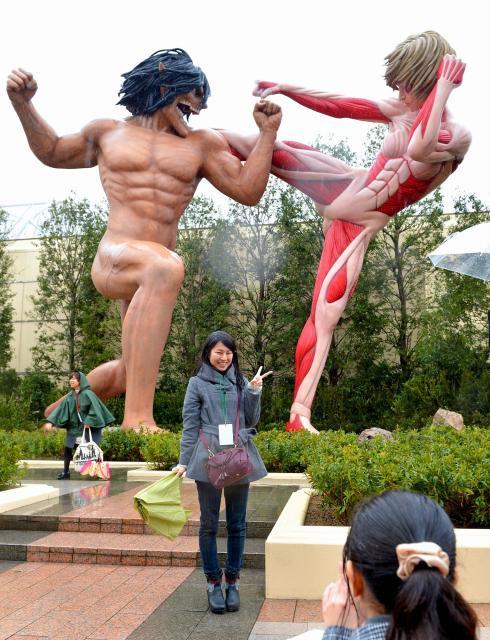 浮き上がる血管、ビクンビクン動き出しそうな筋肉。USJに登場した「進撃の巨人」の等身大像、身長は15メートル