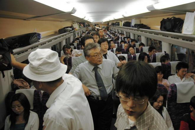 乗客でごった返す新幹線の車内=2005年8月17日