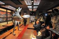 2014年3月の開店時、あいさつをするバルタン店長=川崎市川崎区の「怪獣酒場」(C)円谷プロ