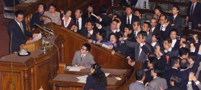 水をぶちまけた松浪健四郎氏に詰め寄る野党議員ら。速記官もポカーン=2000年11月20日