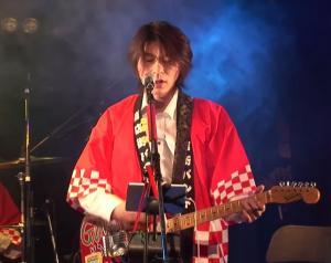 「商店街バンド」のステージに立つTAKUYAさん