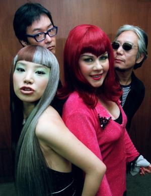 日米混合バンド「NiNa」の佐久間正英さん(後列左)=1999年11月