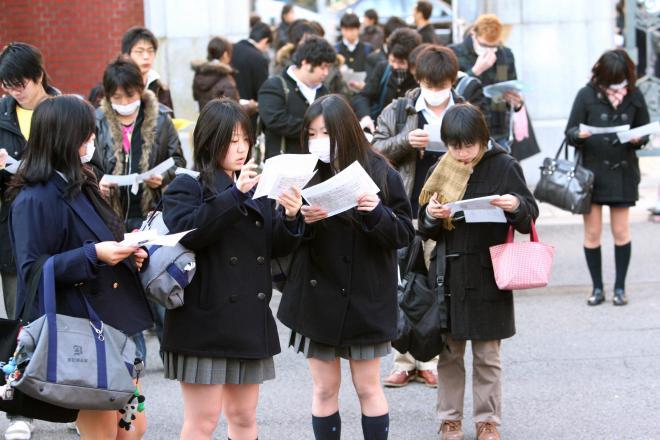 東大本郷キャンパスでセンター試験を受ける受験生たち