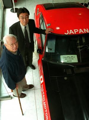 モンテカルロラリーで3位になった初代Zを前にする、5代目Zの開発に協力した片山豊さん(手前)=2001年9月14日