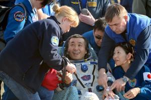 地球に戻り笑顔を見せる若田光一さん=2014年5月、カザフスタン、福留庸友撮影