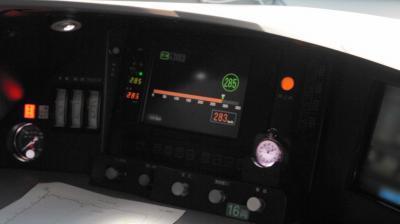 最高速度285キロを出した運転席。モニターには285の数字が見える=25日午後、佐藤正人撮影