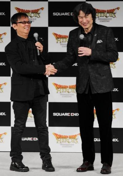 今作はゲームデザイナーの堀井雄二氏(左)と、コーエーテクモゲームスのゼネラル・プロデューサー、シブサワ・コウ氏が異色のタッグを組んで製作。完成披露の発表会では握手も。ゲーム業界では歴史的な握手かも=25日午後、都内、竹谷俊之撮影