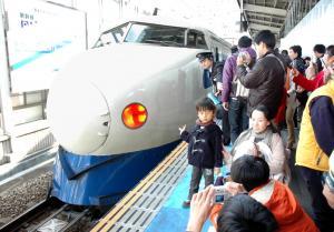 2008年11月、最後の営業運転でJR岡山駅を出発する0系新幹線「こだま659号」