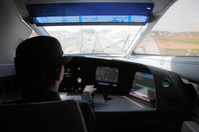 試乗会で最高速度285キロを出した東海道新幹線の運転席。「加速感が異なると思います」と話す運転士も=25日、佐藤正人撮影(運転台の一部を修正しています)