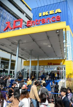 買い物客でにぎわうイケアの店舗=2014年4月10日、東京都立川市
