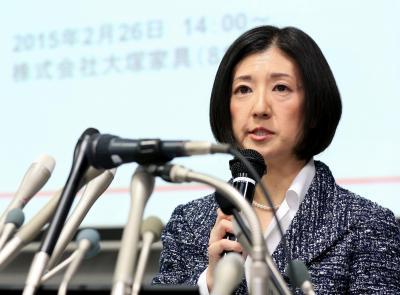 会見で大塚勝久会長に反論する久美子社長=2015年2月26日