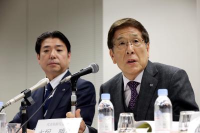大塚久美子社長の退任を主張する、父の勝久会長(右)と弟の勝之営業本部長=2015年2月25日