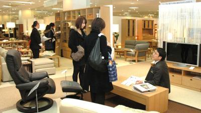 従業員が付き添う接客手法の大塚家具ショールーム=2011年2月17日