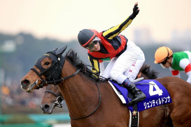 2014年の有馬記念を制したジェンティルドンナと戸崎騎手=内田光撮影