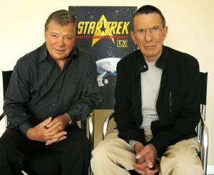カーク船長を演じたウィリアム・シャトナー氏(左)とレナード・ニモイ氏=ロイター