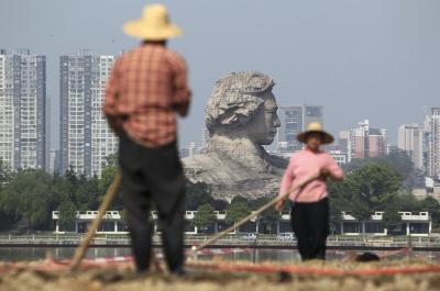 巨大さが際立つ毛沢東像(中央奥)=2013年4月8日