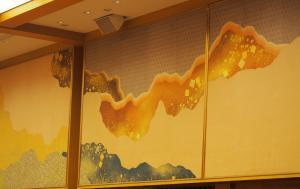 国宝「三十六人家集三十七帖」の料紙を模した壁画