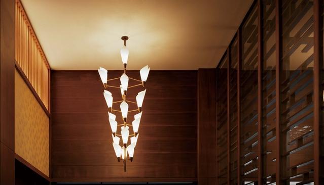 本館宴会場エントランスにある藤のシャンデリア。右側にみえるのは霞棚形の木桟(もくさん)。長短の直線を互い違いに配し、たなびく霞を表現