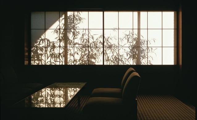 本館ロビー。障子に映る竹林の影が刻々と変わり、幽玄な雰囲気が漂う