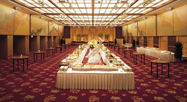 宴会場「平安の間」。左右上部には国宝「三十六家集三十七帖」の料紙を模した大壁画がある