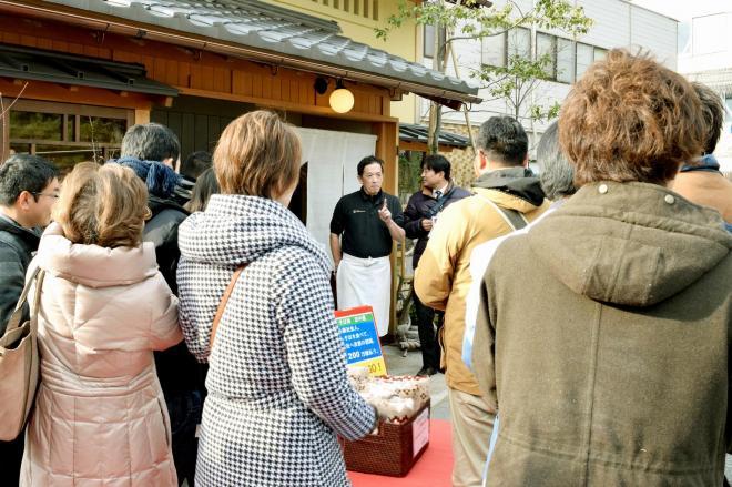 出雲大社の参道沿いの店を巡る婚活ツアーの参加者=2015年1月24日、島根県出雲市