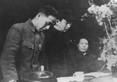日本共産党中央委員だった野坂参三(中央)と、毛沢東・中国共産党中央委員会主席=1943年前後