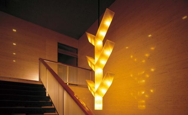 別館地下1階から本館へ向かう階段上にある照明。彫刻家・橋本正司氏がデザインした