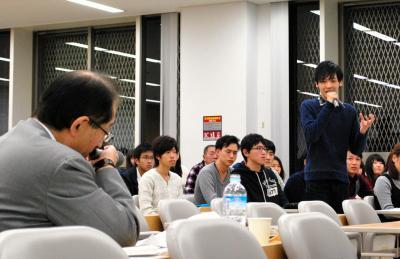 サントリーホールディングスの鳥井信吾副会長(手前)を招いた甲南大経済学部のプロジェクト・ゼミ=2014年11月11日、神戸市東灘区