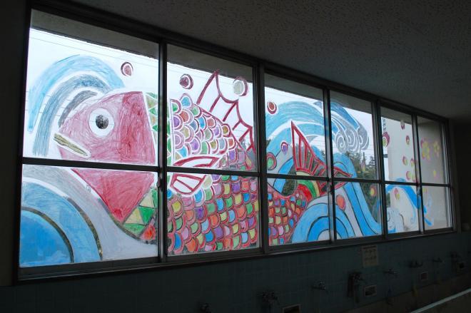 今回は特別に窓ガラスにも。テーマは「めで鯛」