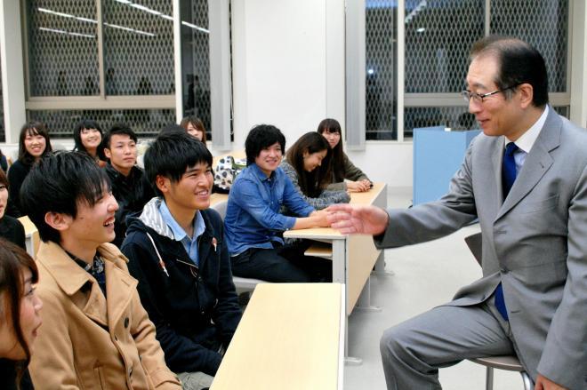 サントリーホールディングスの鳥井信吾副会長(右)を招いた甲南大経済学部のプロジェクト・ゼミ=2014年11月11日、神戸市東灘区
