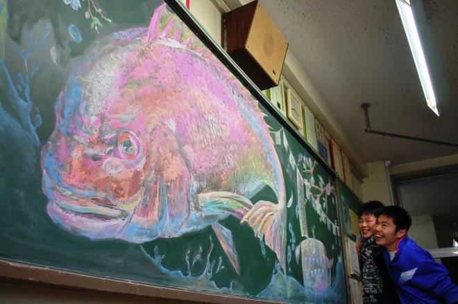 登校して黒板アートに驚く生徒たち