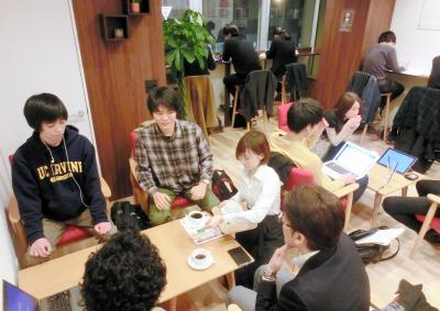 カフェで向かい合う就活生と企業の採用担当者=東京都新宿区