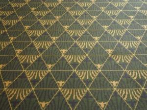 別館アーケードの絨毯は鱗紋