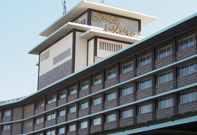 ホテルオークラ東京の本館。坂の上にあり、アクセスがよいとは言えず「わざわざホテル」と呼ばれることも。周辺には大使館が多い