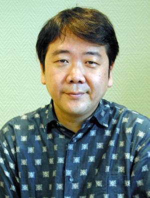 劇作家の鴻上尚史さん=2004年7月撮影