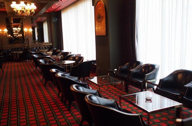 別館にある「バーハイランダー」。スコティッシュバーで、絨毯は赤いチェック柄。海外から着いたばかりのお客様も利用できるよう午前11時半に開店