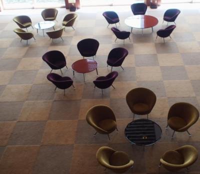 輪島塗のテーブルとイスは満開の梅の花に見えるように置かれている