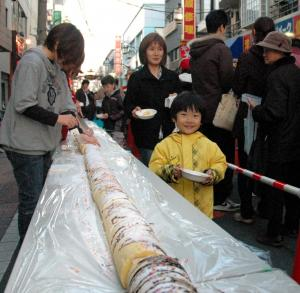 中板橋商店街であった16メートルのケーキをつくるイベント。あまりメディアに出ないエリアも、「アド街」は徹底的に取材をする=2008年12月