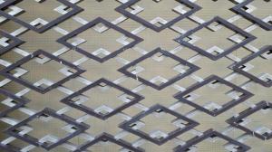 本館の外観の菱紋
