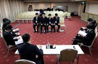 グループに分かれて模擬面接をする大学生たち=2015年2月5日、名古屋市中区、高橋雄大撮影
