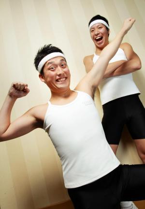 お笑いコンビ「藤崎マーケット」の2人。手前が田崎佑一、奥が藤原時=2008年3月、東京都内で、蛭田真平撮影