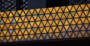 本館エントランスの上部にある鱗紋。雨ざらしになった時の色の変化も計算された特注のタイルを使っている